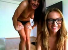 2 skinny teens dancing topless on Xlovecam